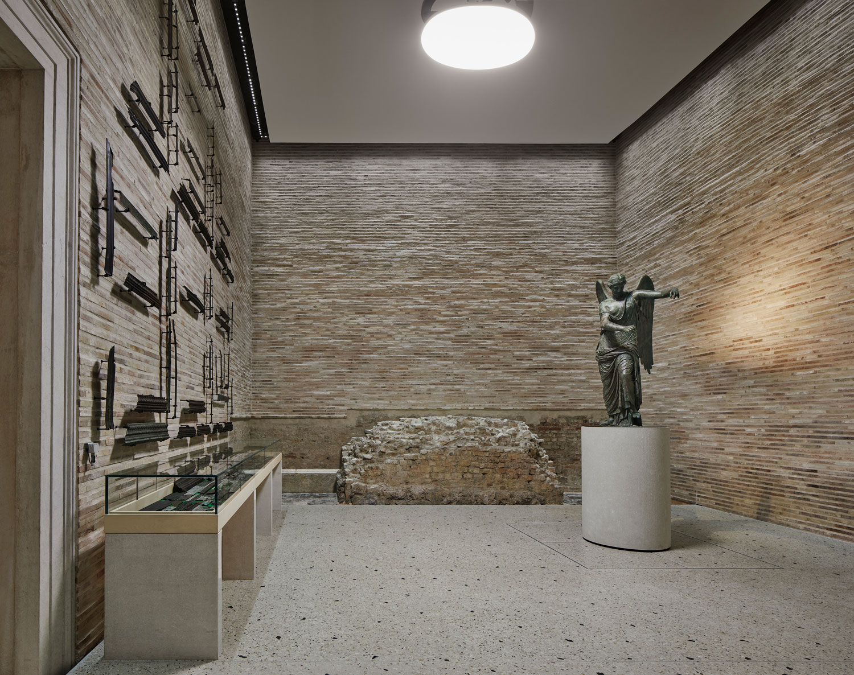 Spectacular antiquities: illuminating archaeology